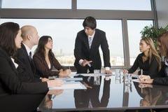 Addestramento di affari dove il gruppo di persone è wearin Fotografia Stock Libera da Diritti