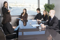 Addestramento di affari dove il gruppo di persone è wearin Fotografia Stock