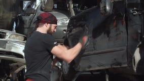 Addestramento di Boxe sull'automobile distrutta FDV stock footage