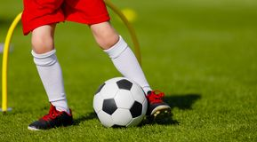 Addestramento di calcio per i bambini Junior Soccer Training Session Outdo immagini stock