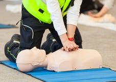 Addestramento di CPR con il manichino fotografia stock