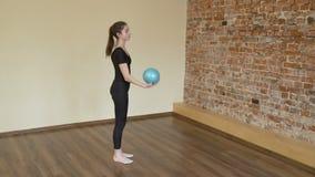 Addestramento di esercizio della palla di stile di vita di ginnastica di sport video d archivio
