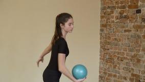 Addestramento di esercizio di prestazione della palla della ginnasta di sport video d archivio