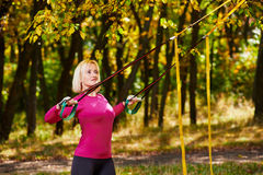 Addestramento di forma fisica della donna nel parco Fotografie Stock Libere da Diritti