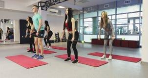 Addestramento di forma fisica nella palestra video d archivio