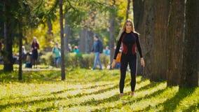 Addestramento di forza della donna di forma fisica che fa allenamento al parco soleggiato di autunno Ragazza sportiva caucasica a Immagini Stock Libere da Diritti