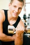 Addestramento di ginnastica con i dumbbells immagine stock
