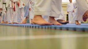 Addestramento di karatè - gruppo di adolescenti di karateka in kimono video d archivio