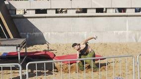 Addestramento di Parkour Forma fisica, sport Giovani tiranti stock footage