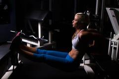 Addestramento di peso corporeo della donna alla palestra Fotografie Stock