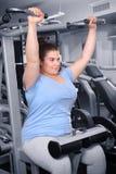 Addestramento di peso eccessivo della giovane donna fotografie stock libere da diritti