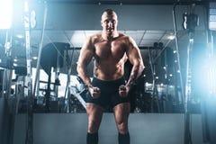 Addestramento di potere di sollevamento pesi nella palestra di sport Fotografia Stock