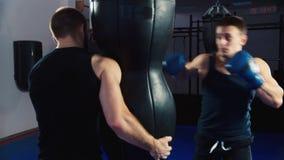 Addestramento di pugilato equipaggi il pugilato, aiuta il partner su addestramento stock footage