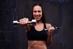 Addestramento di robustezza con le teste di legno della donna atletica immagine stock libera da diritti