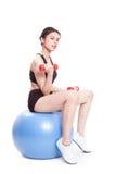 Addestramento di sport della donna di forma fisica con la palla di esercizio ed i pesi di sollevamento immagini stock