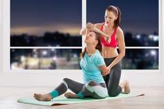 Addestramento di yoga con l'istruttore Fotografia Stock Libera da Diritti