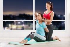 Addestramento di yoga con l'istruttore Immagine Stock Libera da Diritti