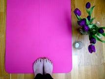 Addestramento di yoga ispirato primavera fotografia stock libera da diritti