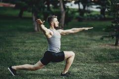 Addestramento di yoga di mattina nel parco della città Fotografie Stock Libere da Diritti