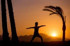 Addestramento di yoga nella posizione tropicale Immagini Stock Libere da Diritti