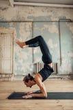 Addestramento di yoga nello studio con l'interno di lerciume Immagini Stock Libere da Diritti