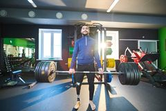 Addestramento disabile dello sportivo con la barra fotografie stock libere da diritti