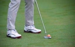 Addestramento e riscaldamento dell'uomo prima di golf del gioco fotografia stock