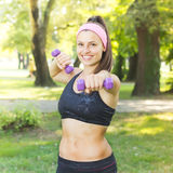 Addestramento esile della donna di forma fisica con le teste di legno Immagine Stock