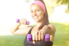 Addestramento esile della donna di forma fisica con le teste di legno Fotografie Stock