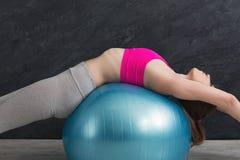 Addestramento felice della donna di forma fisica con la palla di forma fisica all'interno Immagini Stock