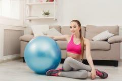 Addestramento felice della donna di forma fisica con la palla di forma fisica all'interno Immagini Stock Libere da Diritti