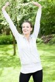 Addestramento felice della donna nel giardino Fotografie Stock Libere da Diritti
