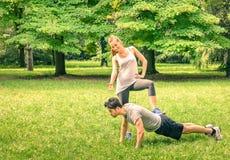 Addestramento felice delle coppie nel parco Fotografia Stock Libera da Diritti