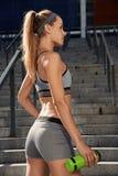 Addestramento femminile all'aperto perfetto di forma fisica Fotografia Stock
