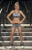 Addestramento femminile all'aperto perfetto di forma fisica Immagine Stock Libera da Diritti