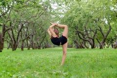 Addestramento femminile del modello di forma fisica fuori Fotografia Stock Libera da Diritti