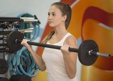 Addestramento femminile del peso Immagini Stock