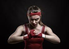 Addestramento femminile nella palestra, allenamento del kickboxer di pugilato Fotografie Stock