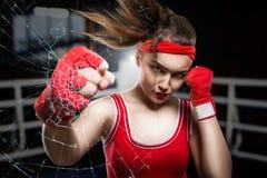 Addestramento femminile nella palestra, allenamento del pugile di pugilato Fotografia Stock