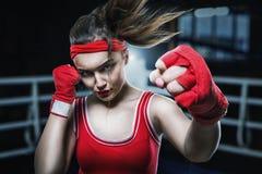 Addestramento femminile nella palestra, allenamento del pugile di pugilato Fotografie Stock Libere da Diritti