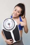 Addestramento fiero lei stessa della giovane donna per allentare peso Fotografie Stock Libere da Diritti