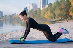 Addestramento grazioso della donna di forma fisica sul pilastro durante lo sport di mattina Fotografie Stock Libere da Diritti