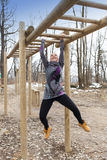 Addestramento grazioso della ragazza sull'ostacolo delle barre di scimmia Fotografia Stock Libera da Diritti