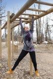 Addestramento grazioso della ragazza sull'ostacolo delle barre di scimmia Immagini Stock Libere da Diritti
