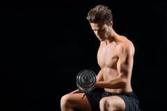 Addestramento maschio bello dell'atleta con la testa di legno Fotografie Stock Libere da Diritti