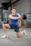 Addestramento muscolare dell'uomo con la palla medica Fotografie Stock Libere da Diritti