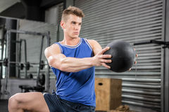 Addestramento muscolare dell'uomo con la palla medica Immagini Stock Libere da Diritti