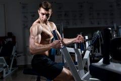 Addestramento muscolare dell'uomo nella palestra Fotografia Stock Libera da Diritti
