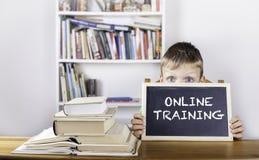 Addestramento online Lavagna della tenuta del ragazzo Fotografia Stock