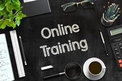 Addestramento online sulla lavagna nera rappresentazione 3d Immagine Stock